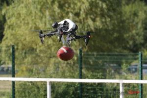 Le ballon de la finale transporté par un drone
