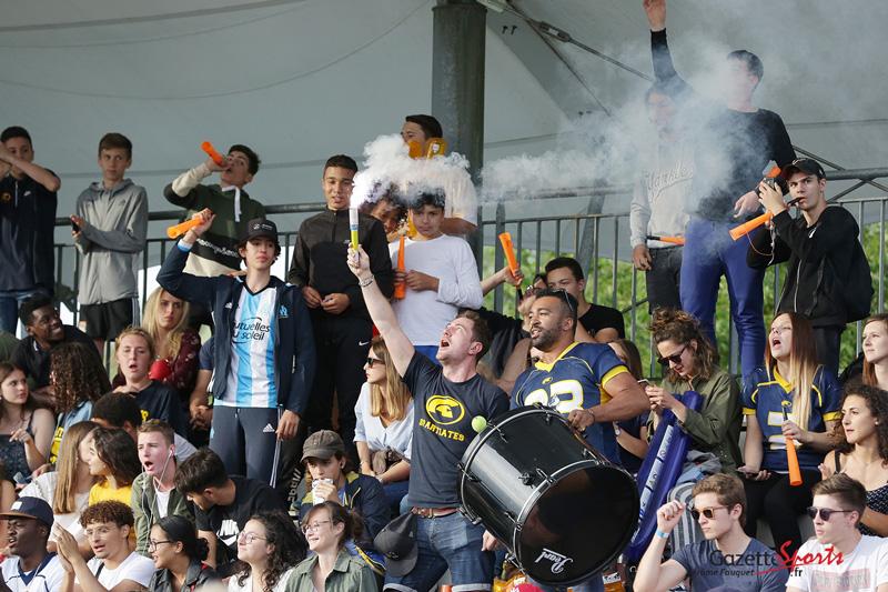 Les supporters chantent en tribune au stade du Grand Marais