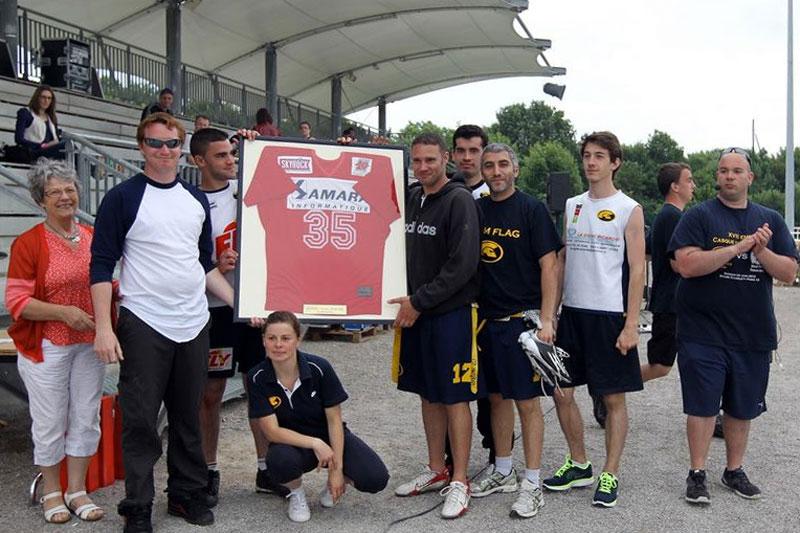 Les participants soulèvent le trophée du tournoi Vincent Risbourga